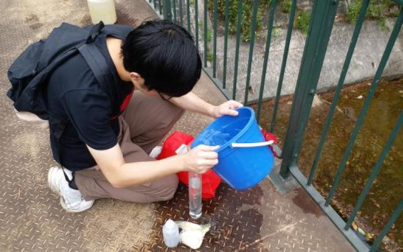 Student were measured the turbidity by using Secchi Tube at Mui Tsz Lam Stream.